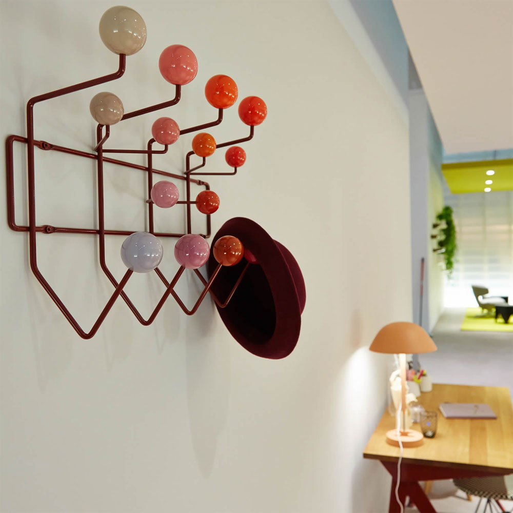 vitra hang it all garderobe rot charles ray eames wandgarderobe 20119101. Black Bedroom Furniture Sets. Home Design Ideas